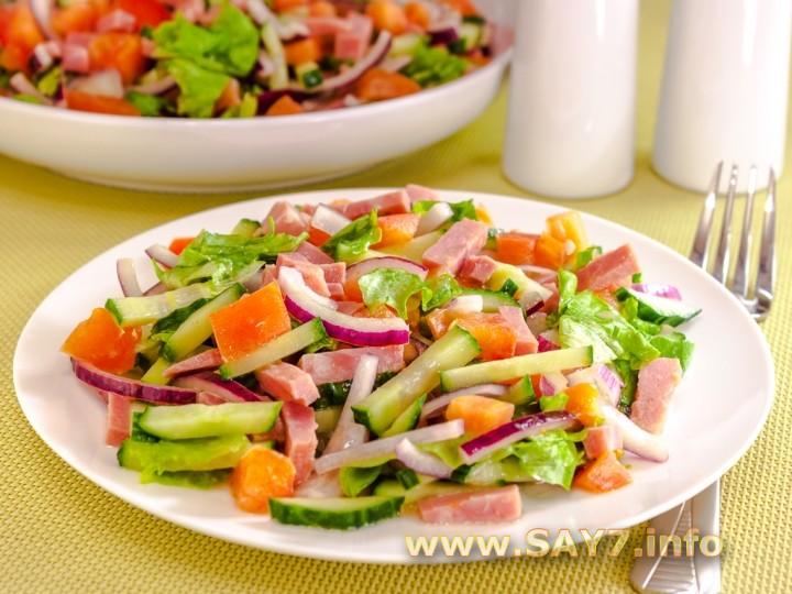 Салат с ветчиной и сыром и огурцами помидором