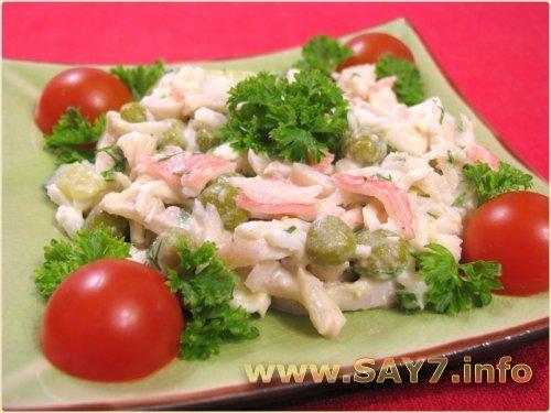 Салат с кальмарами, огурцами и горошком