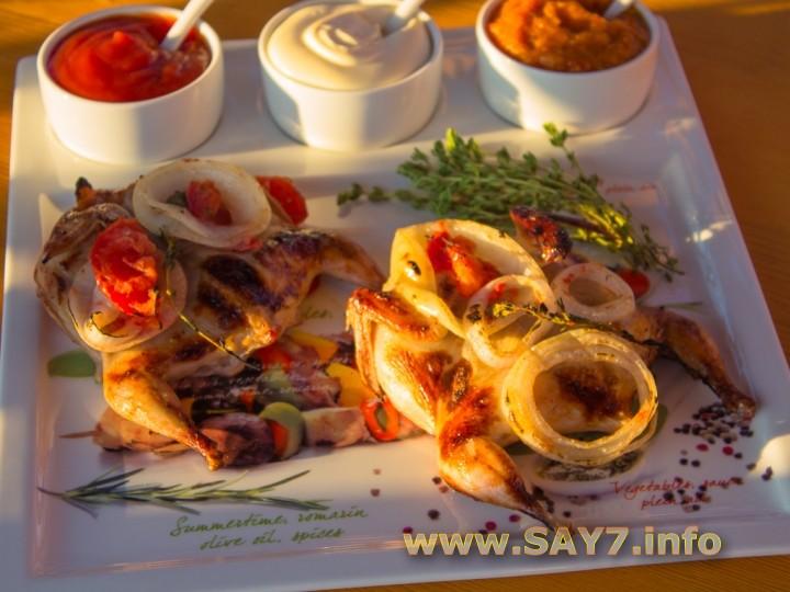 Перепела, маринованные в помидорах и луке
