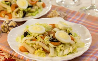 Рецепт: Салат с кальмарами, креветками и пекинской капустой