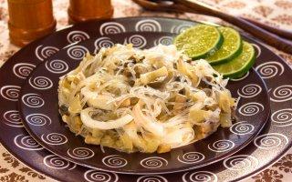 Рецепт: Салат с кальмарами, грибами и фунчозой
