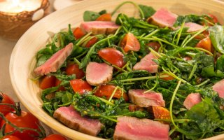 Рецепт: Салат с тунцом, рукколой и черри