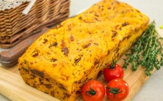 Хлеб с вялеными помидорами, сыром и тимьяном