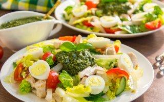 Рецепт: Салат с индейкой, дайконом и песто