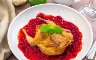 Рецепт: Перепела, маринованные в имбире с брусничным соусом