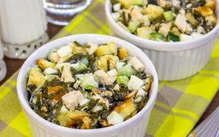 Рецепт: Салат с морской капустой, куриным филе и сухариками