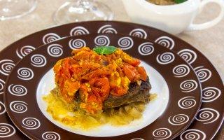 Баранина, запеченная с помидорами, с ореховым соусом
