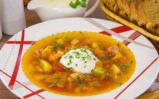 Суп с копченым мясом, пекинской капустой и томатами