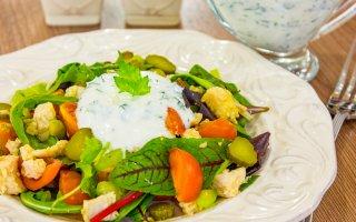 Салат с куриным филе, овощами и йогуртовой заправкой