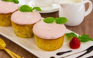 Маффины с клубникой и базиликом на клубничном йогурте