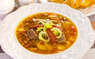 Суп с бараньими ребрышками, фасолью и томатами