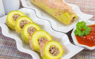 Кабачки, фаршированные мясом, под томатным соусом