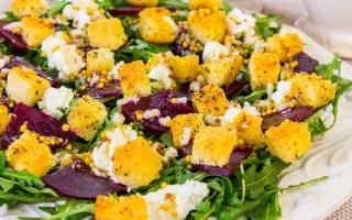 Салат со свеклой, сухариками и творожным сыром