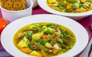 Суп с курицей, стручковой фасолью и грибами
