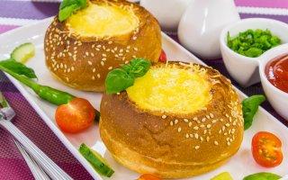 Овощи с яйцом, запеченные в булочке