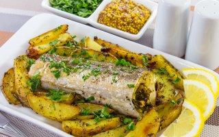 Рыба, фаршированная гремолатой, запеченная с картофелем
