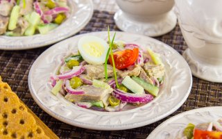 Салат с языком, маринованным луком, горошком и огурцами