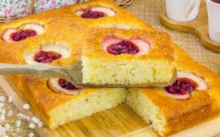 Творожный пирог с яблоками и брусникой