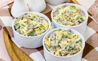 Салат с куриными сердечками и яичными блинчиками