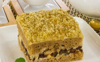 Шоколадный пирог с черносливом и грецкими орехами