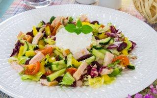Салат с индейкой, овощами и фасолью