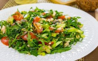 Салат с грибами, куриным филе и рукколой